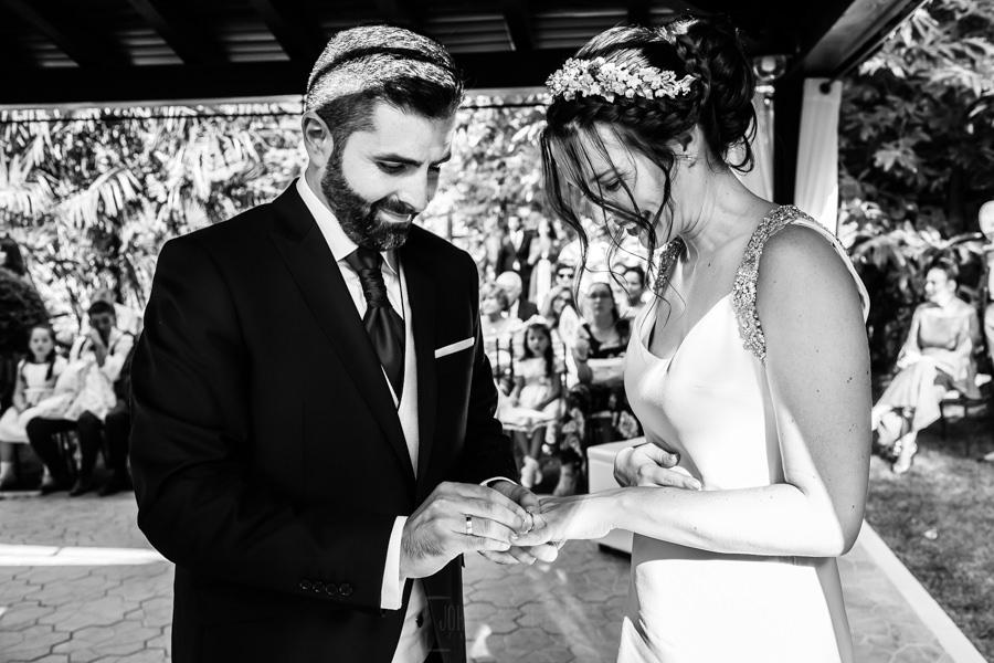 Boda en el Rincón de Castilla de Isa y Juan, realizada por el fotógrafo de bodas en Béjar Johnny García, Juan pone el anillo a Isa.