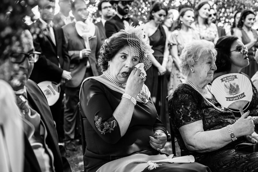 Boda en el Rincón de Castilla de Isa y Juan, realizada por el fotógrafo de bodas en Béjar Johnny García, la madre de Juan se emociona.