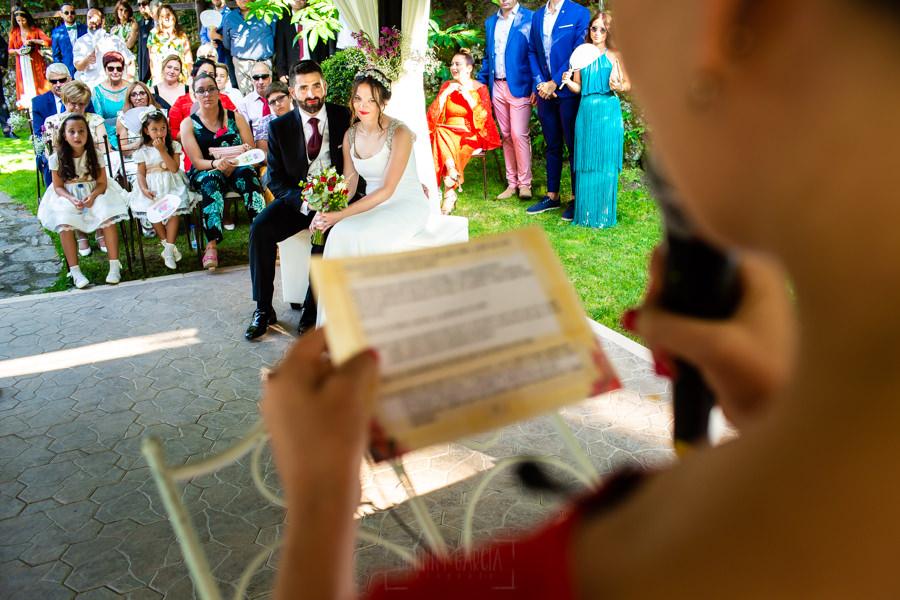Boda en el Rincón de Castilla de Isa y Juan, realizada por el fotógrafo de bodas en Béjar Johnny García, la pareja escucha a sus familiares.