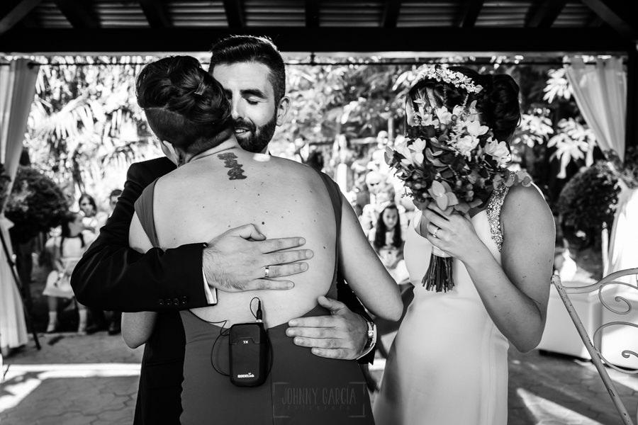 Boda en el Rincón de Castilla de Isa y Juan, realizada por el fotógrafo de bodas en Béjar Johnny García, Juan abraza a su hermana.