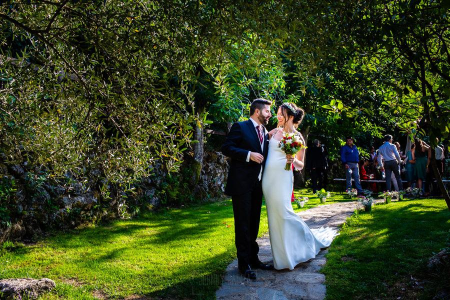 Boda en el Rincón de Castilla de Isa y Juan, realizada por el fotógrafo de bodas en Béjar Johnny García, los novios salen de la ceremonia.