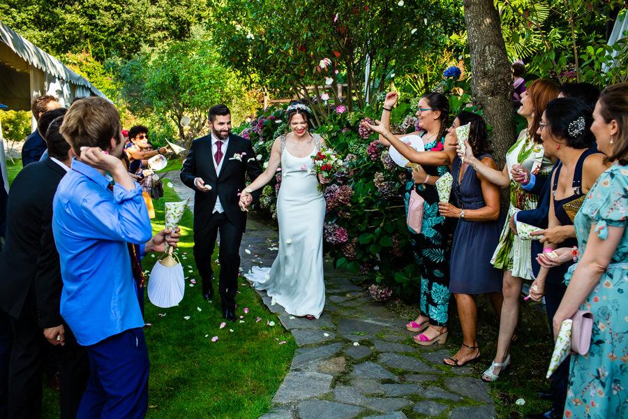 Boda en el Rincón de Castilla de Isa y Juan, realizada por el fotógrafo de bodas en Béjar Johnny García, los amigos lanzan arroz a los novios.