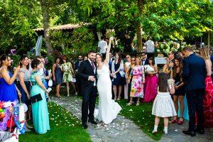 Boda en el Rincón de Castilla de Isa y Juan, realizada por el fotógrafo de bodas en Béjar Johnny García, amigos y familiares lanzan pétalos.