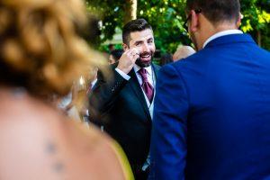 Boda en el Rincón de Castilla de Isa y Juan, realizada por el fotógrafo de bodas en Béjar Johnny García, Juan saluda a amigos.
