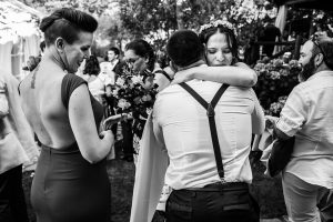 Boda en el Rincón de Castilla de Isa y Juan, realizada por el fotógrafo de bodas en Béjar Johnny García, Isa abraza a familiares.