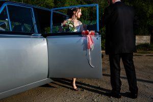 Boda en el Rincón de Castilla de Isa y Juan, realizada por el fotógrafo de bodas en Béjar Johnny García, retrato de la novia saliendo del coche.