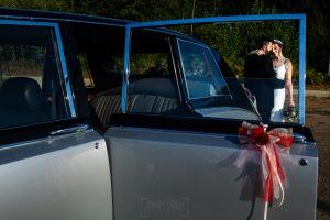 Boda en el Rincón de Castilla de Isa y Juan, realizada por el fotógrafo de bodas en Béjar Johnny García, retrato de la pareja a través de la ventana del coche.