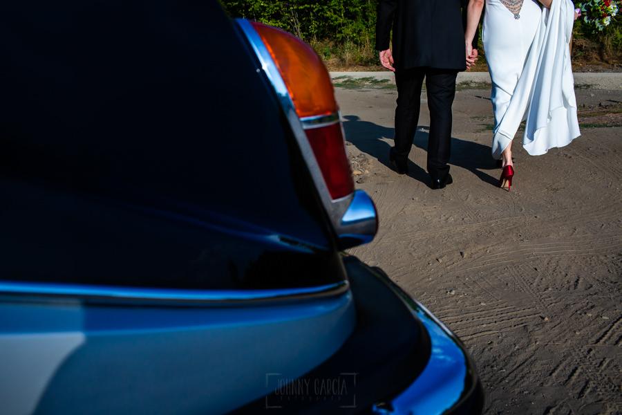 Boda en el Rincón de Castilla de Isa y Juan, realizada por el fotógrafo de bodas en Béjar Johnny García, detalle de los zapatos de los novios.