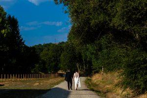 Boda en el Rincón de Castilla de Isa y Juan, realizada por el fotógrafo de bodas en Béjar Johnny García, la pareja pasea por el camino natural de la Vía de la Plata.