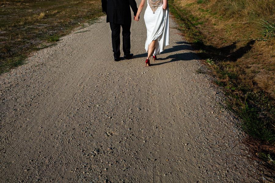 Boda en el Rincón de Castilla de Isa y Juan, realizada por el fotógrafo de bodas en Béjar Johnny García, detalle de las espaldas de la pareja.