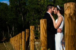 Boda en el Rincón de Castilla de Isa y Juan, realizada por el fotógrafo de bodas en Béjar Johnny García, la pareja abrazada.