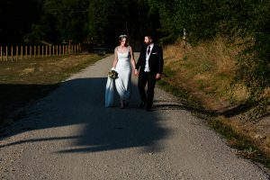 Boda en el Rincón de Castilla de Isa y Juan, realizada por el fotógrafo de bodas en Béjar Johnny García, la pareja da un paseo.