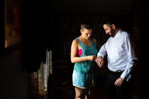 Boda en el Rincón de Castilla de Isa y Juan, realizada por el fotógrafo de bodas en Béjar Johnny García, La hermana de Juan le ayuda con los gemelos.