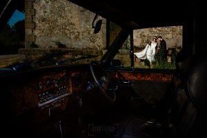 Boda en el Rincón de Castilla de Isa y Juan, realizada por el fotógrafo de bodas en Béjar Johnny García, la pareja se sube al coche.