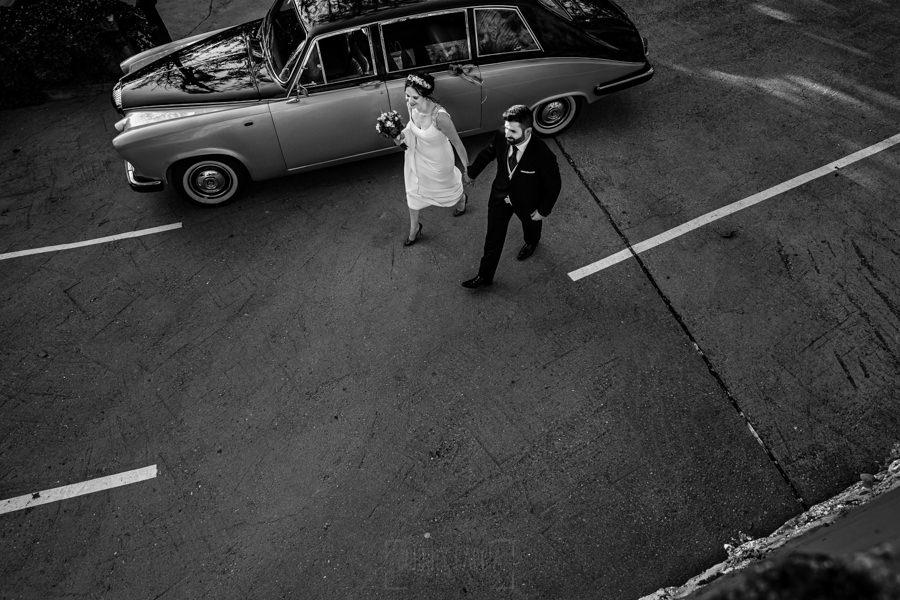 Boda en el Rincón de Castilla de Isa y Juan, realizada por el fotógrafo de bodas en Béjar Johnny García, los novios salen del coche.