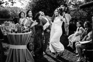 Boda en el Rincón de Castilla de Isa y Juan, realizada por el fotógrafo de bodas en Béjar Johnny García, la novia se divierte junto a sus amigas.