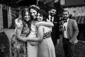 Boda en el Rincón de Castilla de Isa y Juan, realizada por el fotógrafo de bodas en Béjar Johnny García, la novia abraza a dos amigas.