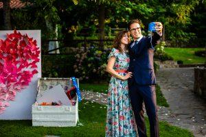 Boda en el Rincón de Castilla de Isa y Juan, realizada por el fotógrafo de bodas en Béjar Johnny García, dos invitados se fotografían.