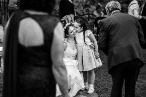 Boda en el Rincón de Castilla de Isa y Juan, realizada por el fotógrafo de bodas en Béjar Johnny García, una sobrina abraza a la novia.