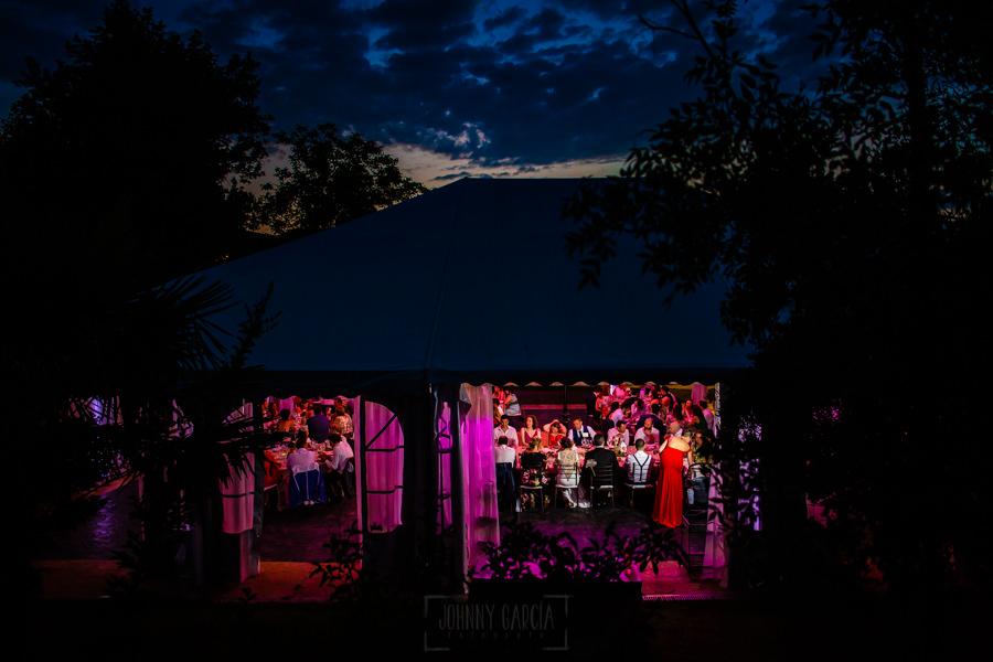 Boda en el Rincón de Castilla de Isa y Juan, realizada por el fotógrafo de bodas en Béjar Johnny García, una foto general de la carpa donde se ofreció la cena.