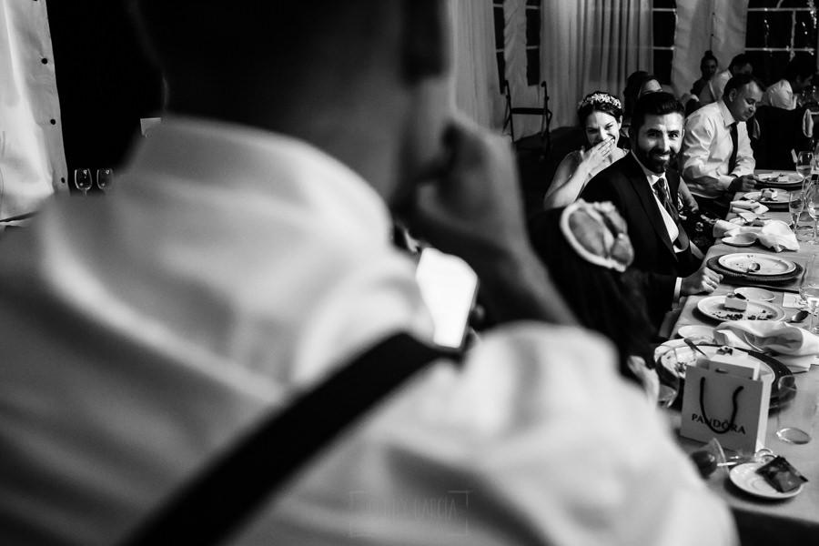 Boda en el Rincón de Castilla de Isa y Juan, realizada por el fotógrafo de bodas en Béjar Johnny García, los novios escuchan el discurso de su cuñado en la cena.