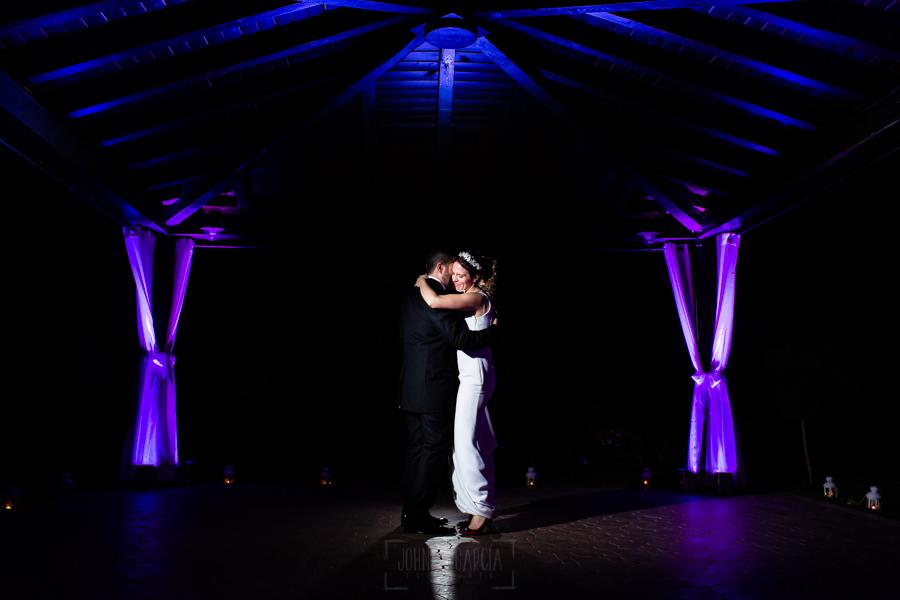 Boda en el Rincón de Castilla de Isa y Juan, realizada por el fotógrafo de bodas en Béjar Johnny García, la pareja baila.