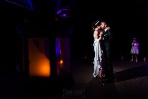 Boda en el Rincón de Castilla de Isa y Juan, realizada por el fotógrafo de bodas en Béjar Johnny García, el primer baile de los novios.