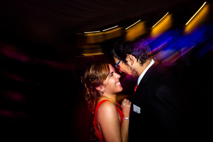 Boda en el Rincón de Castilla de Isa y Juan, realizada por el fotógrafo de bodas en Béjar Johnny García, dos invitados bailan.
