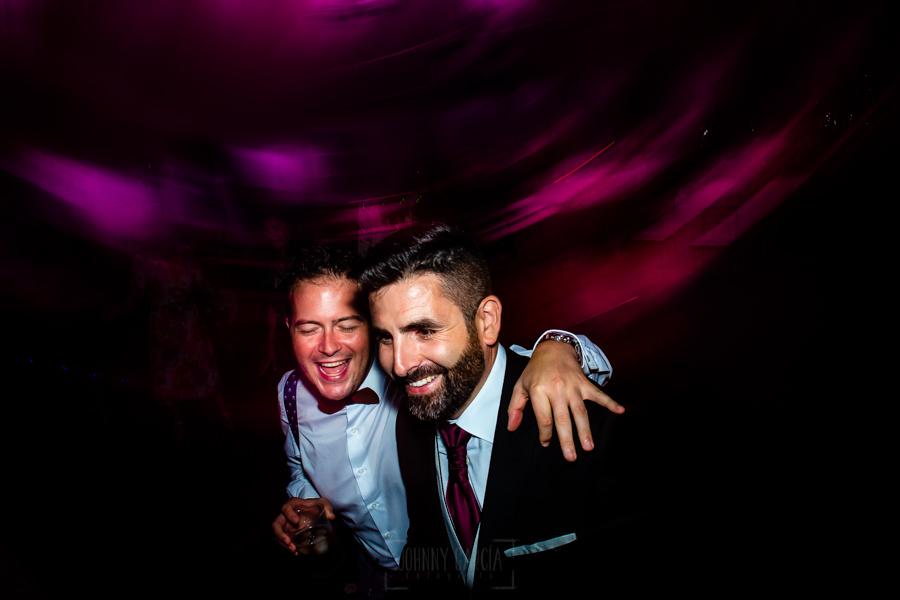 Boda en el Rincón de Castilla de Isa y Juan, realizada por el fotógrafo de bodas en Béjar Johnny García, Juan con un invitado en la fiesta.