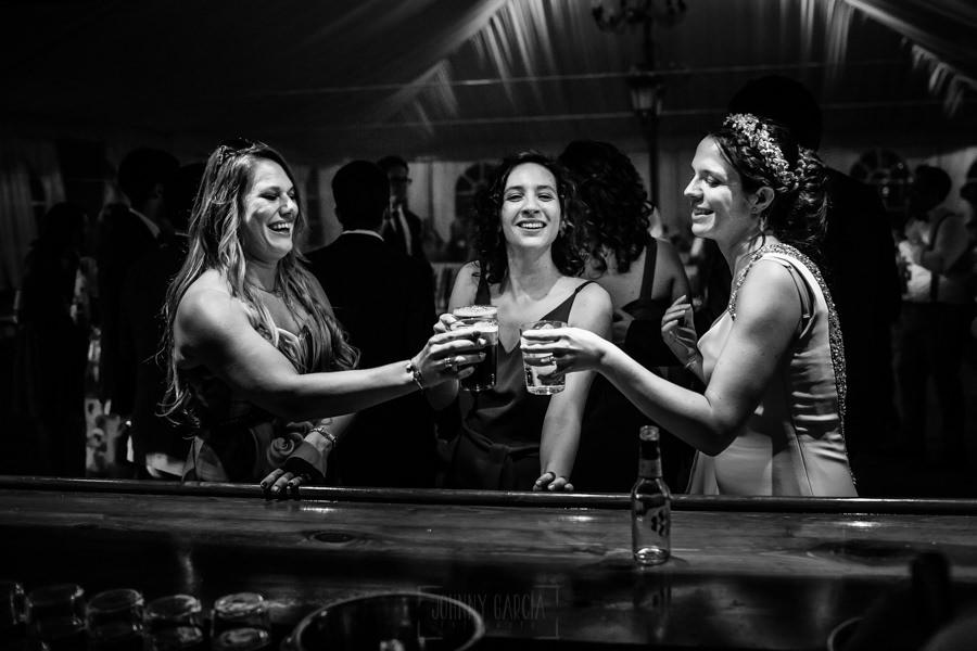 Boda en el Rincón de Castilla de Isa y Juan, realizada por el fotógrafo de bodas en Béjar Johnny García, Isa en la barra con unas amigas.