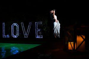 Boda en el Rincón de Castilla de Isa y Juan, realizada por el fotógrafo de bodas en Béjar Johnny García, la pareja en la noche.