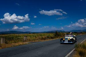 Boda en Segura de Toro de Araceli y César, captada fotográficamente por elfotógrafo de bodas en Cáceres Johnny García, los novios en el coche antiguo regalo de sus familiares.