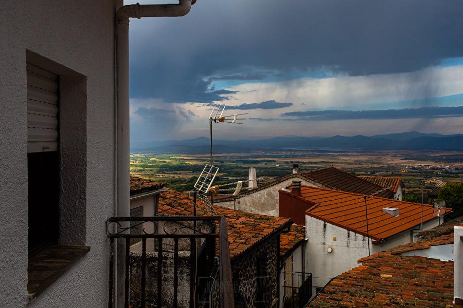 Boda en Segura de Toro de Araceli y César, captada fotográficamente por elfotógrafo de bodas en Cáceres Johnny García, vista de la tormenta que acechaba el día de la boda.