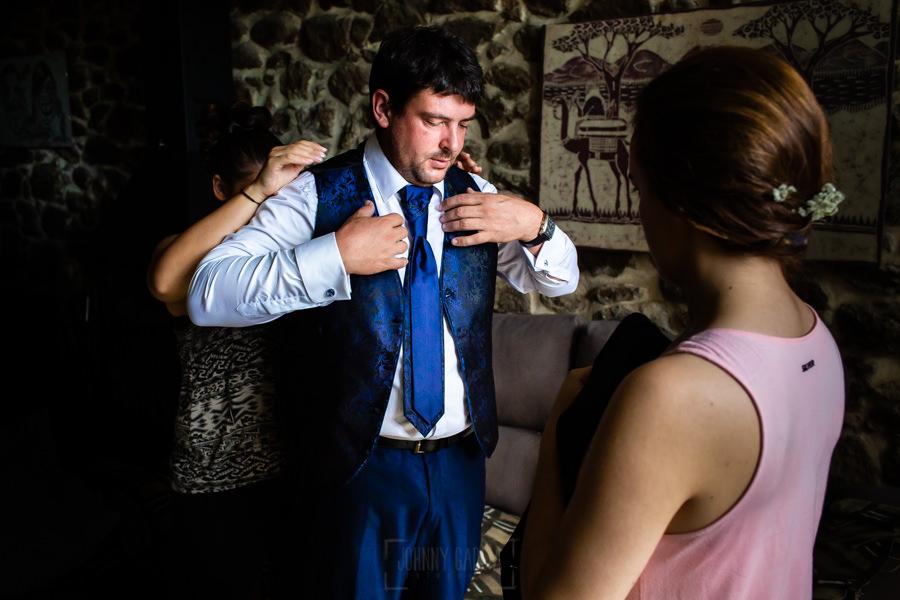 Boda en Segura de Toro de Araceli y César, captada fotográficamente por elfotógrafo de bodas en Cáceres Johnny García, César se viste con la ayuda de sus familiares.