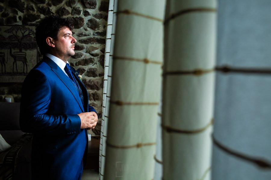 Boda en Segura de Toro de Araceli y César, captada fotográficamente por elfotógrafo de bodas en Cáceres Johnny García, un retrato de César en casa de sus padres.