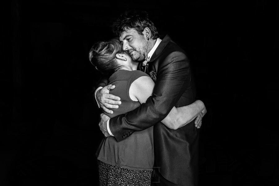 Boda en Segura de Toro de Araceli y César, captada fotográficamente por elfotógrafo de bodas en Cáceres Johnny García, Cesar abraza a su madre.