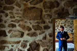 Boda en Segura de Toro de Araceli y César, captada fotográficamente por elfotógrafo de bodas en Cáceres Johnny García, retrato de César reflejado en el espejo.