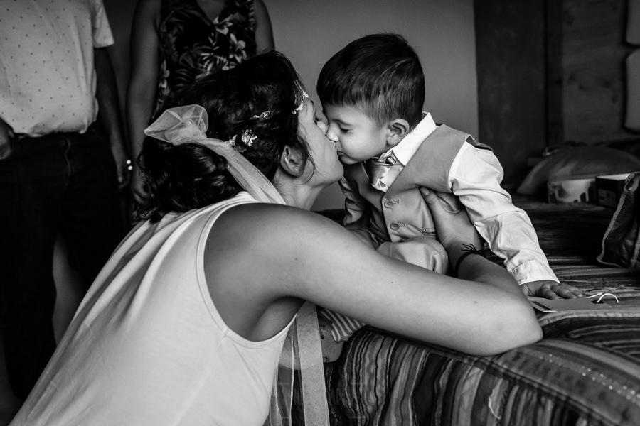 Boda en Segura de Toro de Araceli y César, captada fotográficamente por elfotógrafo de bodas en Cáceres Johnny García, la novia con su hijo.