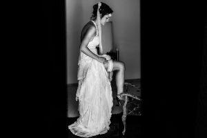 Boda en Segura de Toro de Araceli y César, captada fotográficamente por elfotógrafo de bodas en Cáceres Johnny García, la novia se pone la liga.