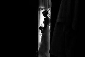 Boda en Segura de Toro de Araceli y César, captada fotográficamente por elfotógrafo de bodas en Cáceres Johnny García, un retrato de la novia a contraluz.