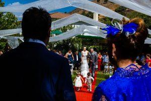 Boda en Segura de Toro de Araceli y César, captada fotográficamente por elfotógrafo de bodas en Cáceres Johnny García, la novia llega al lugar de la cereminia.
