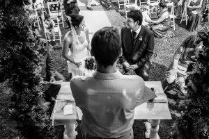 Boda en Segura de Toro de Araceli y César, captada fotográficamente por elfotógrafo de bodas en Cáceres Johnny García, los novios se ven por primera vez en el altar.