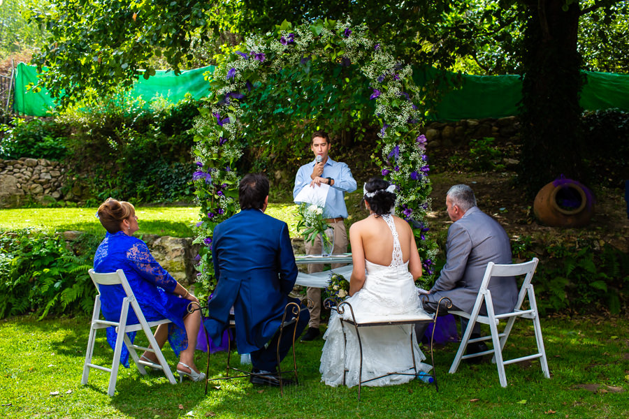 Boda en Segura de Toro de Araceli y César, captada fotográficamente por elfotógrafo de bodas en Cáceres Johnny García, lectura en la ceremonia de un familiar.