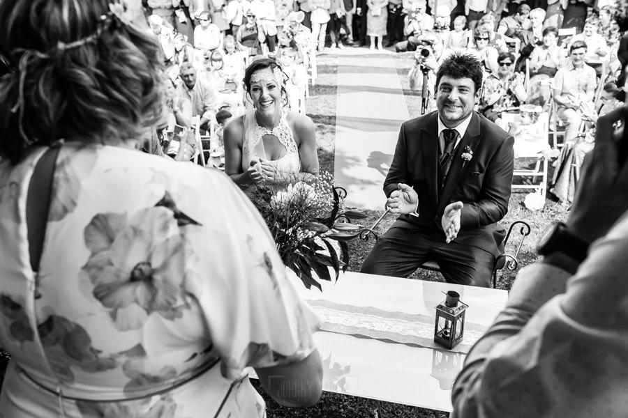 Boda en Segura de Toro de Araceli y César, captada fotográficamente por elfotógrafo de bodas en Cáceres Johnny García, la pareja sonríe al escuchar las palabras e un familiar.