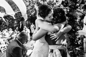 Boda en Segura de Toro de Araceli y César, captada fotográficamente por elfotógrafo de bodas en Cáceres Johnny García, la novia se abraza con su hermana.