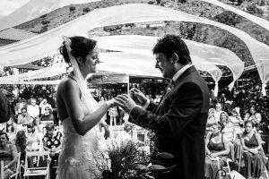 Boda en Segura de Toro de Araceli y César, captada fotográficamente por elfotógrafo de bodas en Cáceres Johnny García, intercambio de anillos de la pareja.