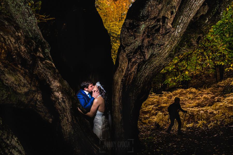 Boda en Segura de Toro de Araceli y César, captada fotográficamente por elfotógrafo de bodas en Cáceres Johnny García, la pareja dentro del tronco partido de un castaño milenario