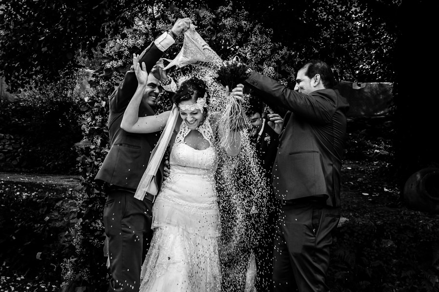 Boda en Segura de Toro de Araceli y César, captada fotográficamente por elfotógrafo de bodas en Cáceres Johnny García, momento del tradicional arroz.