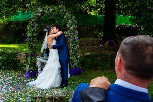 Boda en Segura de Toro de Araceli y César, captada fotográficamente por elfotógrafo de bodas en Cáceres Johnny García, los novios se besan después del arroz.
