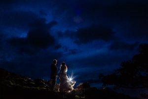 Boda en Segura de Toro de Araceli y César, captada fotográficamente por elfotógrafo de bodas en Cáceres Johnny García, retrato de los novios al caer la noche.